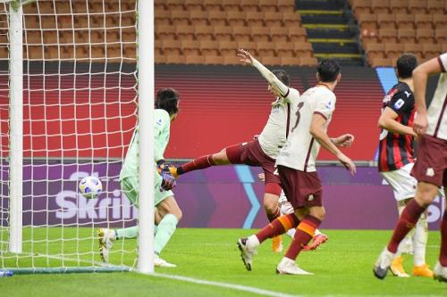 AS Roma menyamakan skor lewat gol Marash Kumbulla (Foto: Twitter/@ASRomaEN)
