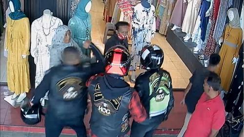 Aksi pengeroyokan terekam CCTV. (Foto: iNews)