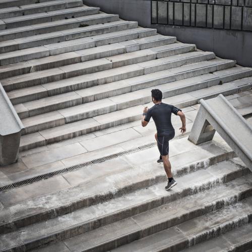 Seseorang yang ingin berolahraga sebaiknya melakukan pemanasan di awal.