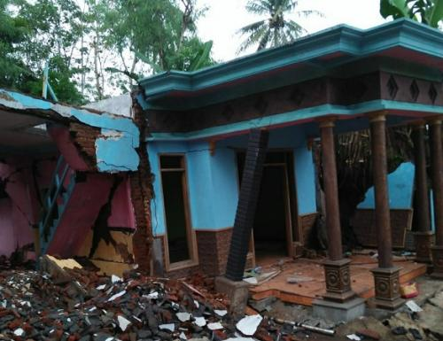 Tanah rusak di Kabupaten Malang mengakibatkan 1 rumah rusak. (Foto : Okezone/Avirista Midaada)