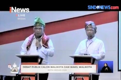 Pasangan Akhyar-Salman mengenakan pakaian adat pada debat Pilkada Medan 2020