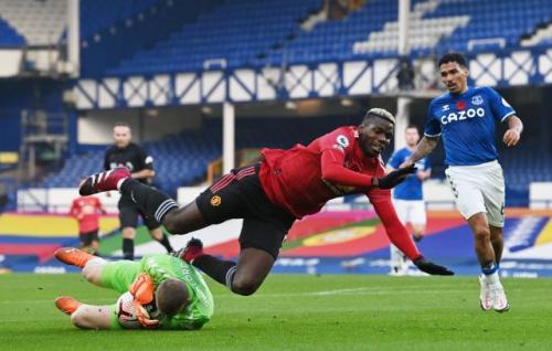 Paul Pogba beraksi di laga Everton vs Man United (Foto: Reuters)