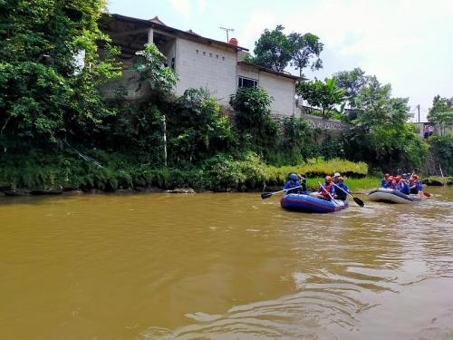 Bima Arya susur Sungai Ciliwung (Foto: Okezone.com)