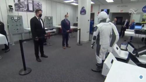Elon Musk dan Jim Bridenstine mengunjungi astronaut Misi Crew-1. (Foto: NASA/Space.com)