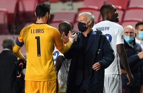 Didier Deschamps menyalami anak asuhnya (Foto: UEFA)
