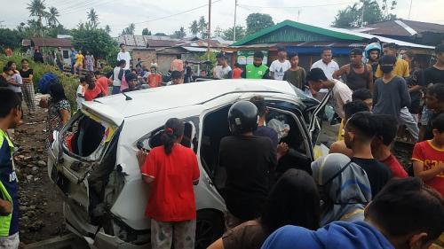Mobil ditabrak kereta di Padang (Foto: Okezone.com/Rus Akbar)