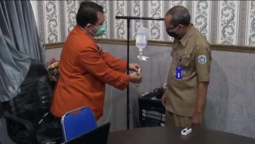 Dokter di Puskesmas Sekaran, Kabupaten Lamongan, ciptakan inovasi alat monitor infus untuk menurunkan lama kontak antara dokter dengan pasien suspek Covid-19 (iNews/Abdul Wakhid)