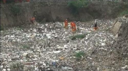 Sampah menumpuk di aliran Kali Jambe, Jatimulya, Tambun Selatan, Kabupaten Bekasi, tepatnya di kolong Tol Jakarta-Cikampek, Senin (16/11/2020). (Foto : iNews/Didit Junaidi)