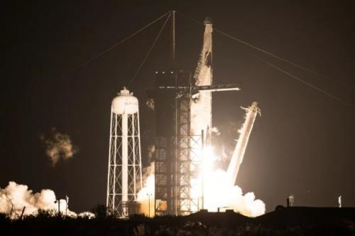 Peluncuran Roket Falcon 9 yang membawa empat astronaut Misi Crew-1 ke ISS. (Foto: Joel Kowsky/NASA/The Verge)