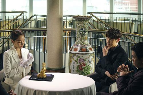 Lee Je Hoon dan Shin Hye Sun dalam Collectors. (Foto: Hancinema)