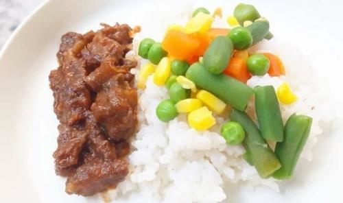 Makanan Pendamping ASI (MPASI) berupa makanan semi padat yang dibuat sendiri, melatih lidah dan gigi bayi.