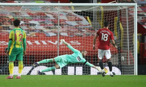 Sam Johnstone gagalkan penalti Bruno Fernandes (Foto: Reuters/Martin Rickett)