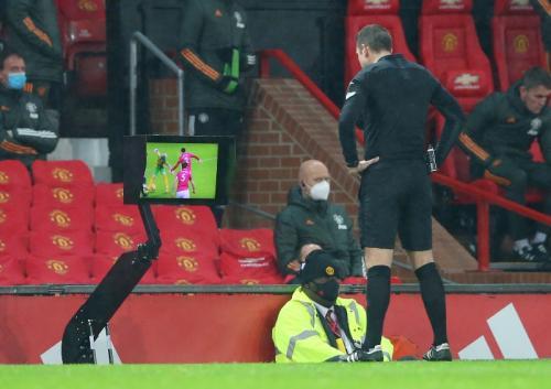 Momen wasit melihat VAR di laga Man United vs WBA