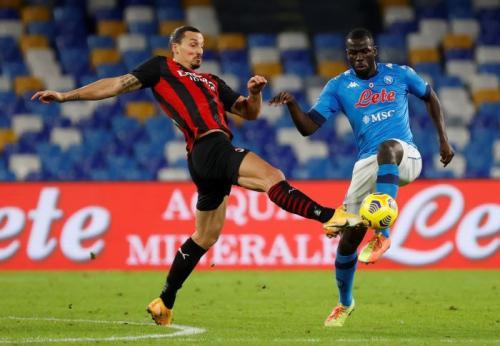 Zlatan Ibrahimovic vs Kalidou Koulibaly (Foto: Reuters)