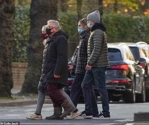 Robert Pattinson, Suki Waterhouse, dan orangtua