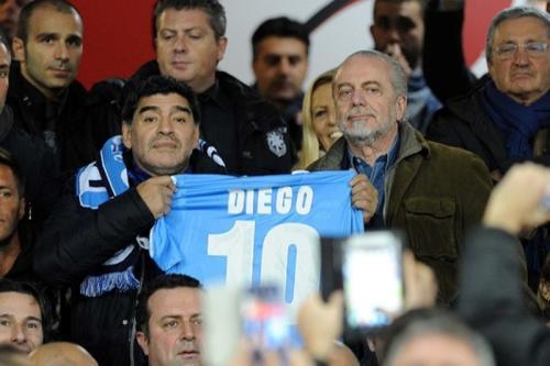 Diego Maradona jadi tamu kehormatan Napoli (Foto: Napoli)