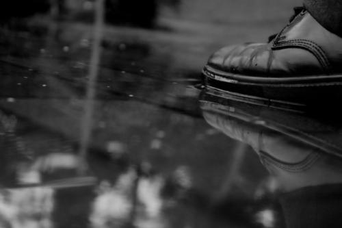 Sepatu basah terkena air hujan. (Foto: Jacksimounds/Pixabay)
