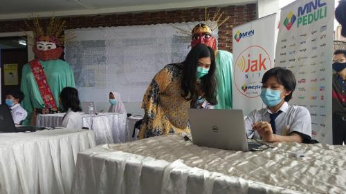 Ketua MNC Peduli Jessica Tanoesoedibjo saat penyediaan wifi gratis di RPTRA Bahari, Gandaria Selatan, Jaksel, Kamis (26/11/2020). (Foto : Sindonews/Ari Sandita)