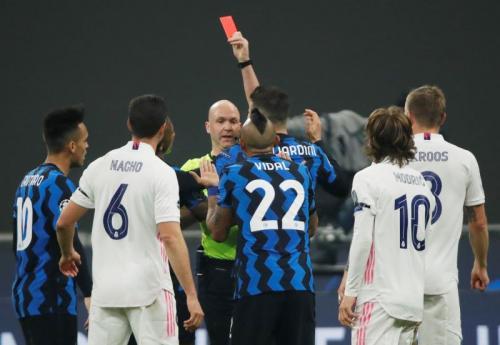 Momen Vidal kena kartu merah