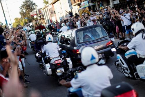 Ribuan orang mengiringi mobil jenazah (Foto: Reuters)