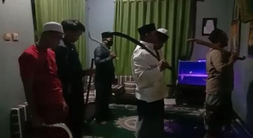 sholat jamaah sambil bawa pedang