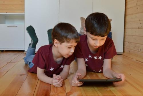 Anak-anak bermain gadget. (Foto: Victoria Borodinova/Pixabay)
