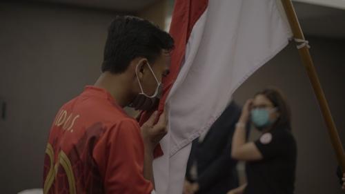 Fernando Pamungkas mencium bendera merah putih (Foto: PSSI)