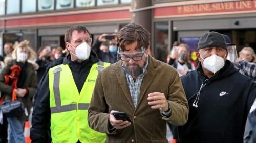 Leonardo DiCaprio syuting film Don'T Look Up di South Station, Boston. (Foto: John Tlumack/Globe Staff)