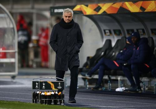 Jose Mourinho melihat anak asuhnya dari pinggir lapangan (Foto: Reuters/Lisi Niesner)