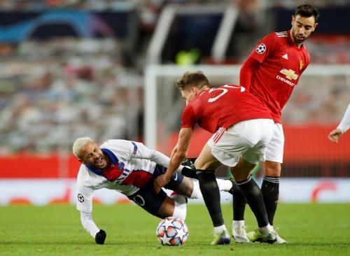 Neymar terjatuh usai duel dengan Scott McTominay (Foto: Reuters/Phil Noble)