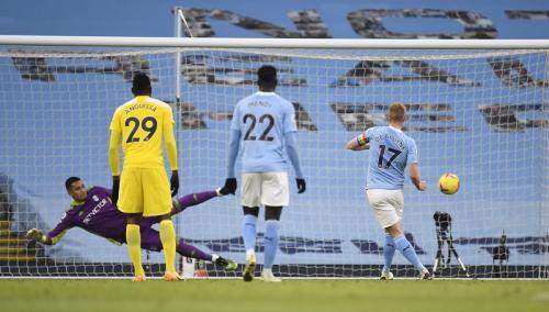 Kevin De Bruyne mencetak gol dari titik penalti (Foto: Reuters/Peter Powell)