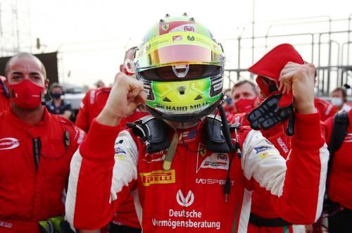 Mick Schumacher merayakan gelar juara (Foto: Twitter/@FIA_F2)