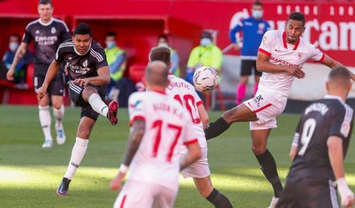 Real Madrid kesulitan menembus pertahanan Sevilla di babak pertama (Foto: Reuters/Angel Fernandez)