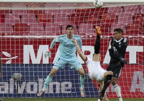 Tendangan salto Luuk de Jong gagal bobol gawang lawan (Foto: La Liga)
