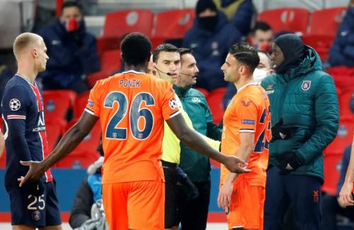 Protes keras Demba Ba di laga PSG vs Istanbul