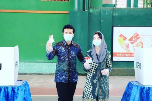 Arumi Bachsin dan suami saat nyoblos. (Foto: Instagram)