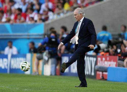 Alejandro Sabella menendang bola (Foto: Reuters/Lee Smith)
