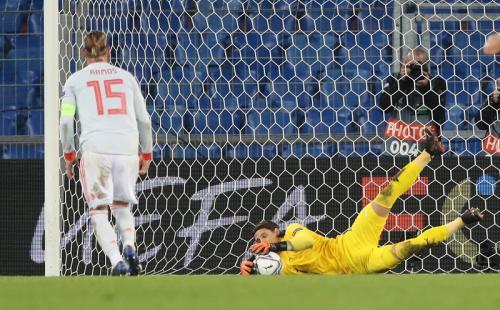 Yannn Sommer gagalkan dua kali penalti Sergio Ramos (Foto: Reuters/Arnd Wiegmann)
