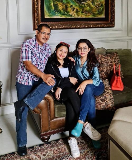 Mayangsari bersama suami dan anak. (Foto: Instagram/@mayangsari_official)