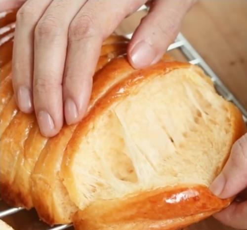 Roti sisir mentega. (Foto: Instagram @devinahermawan)