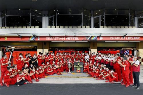 Sebastian Vettel diberi trofi spesial (Foto: Scuderia Ferrari)