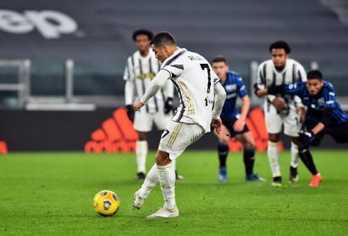 Eksekusi penalti Cristiano Ronaldo gagal (Foto: Reuters/Massimo Pinca)