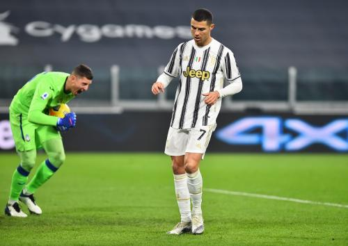 Pierluigi Gollini sukses menangkap bola eksekusi Cristiano Ronaldo (Foto: Reuters/Massimo Pinca)