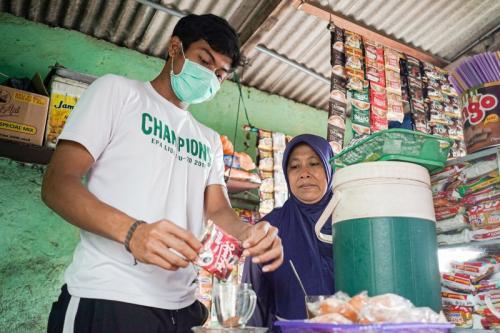 Andhika Ramadhani ikut membantu ibunya menjaga warkop