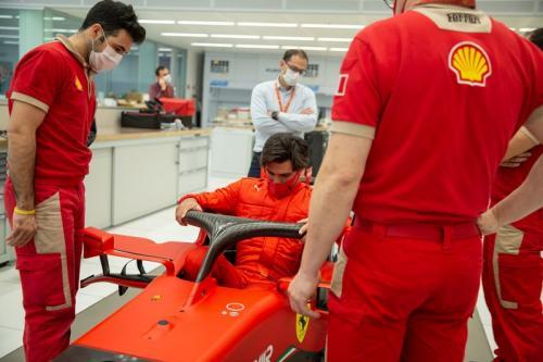 Carlos Sainz Jr mengukur kursi balap (Foto: Scuderia Ferrari)
