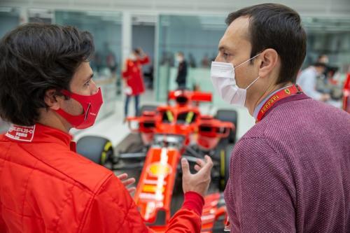 Carlos Sainz Jr berbincang dengan teknisi Ferrari (Foto: Scuderia Ferrari)