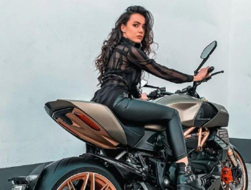 Veronika Thielova berpose di atas motor Ducati Diavel (Foto: IG/@veronika_thielova)