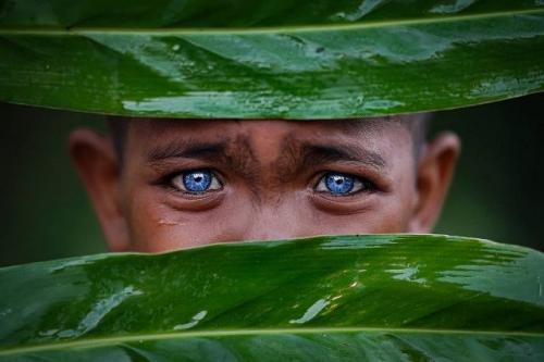 Warga suku asli Pulau Buton mengalami Sindrom Waardenburg yang membuat mata berwarna biru. (Foto: Instagram @geo.rock888)