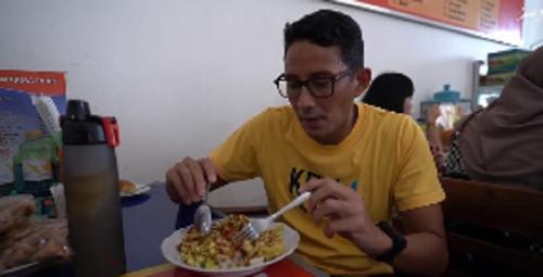 Makan nasi lengko