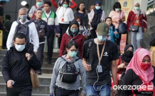 Masyarakat memakai masker